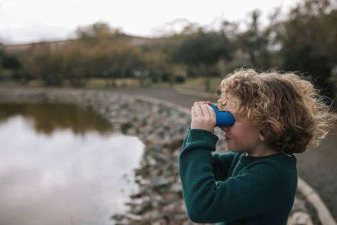 Boy watching something with binoculars - GRCF00031