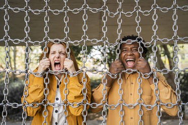 Couple screaming behind chains - AFVF05002