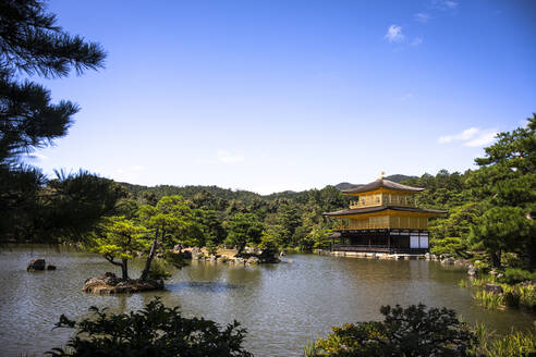 Japan, Kyoto Prefecture, Kyoto, Clear sky over Golden Pavilion Buddhist temple - ABZF02902