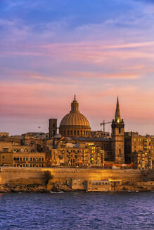 Malta, Valletta, City skyline at sunset, boats in Marsamxett Harbour in foreground - ABOF00457