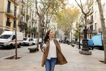 Young woman exploring the city, Barcelona, Spain - VABF02528