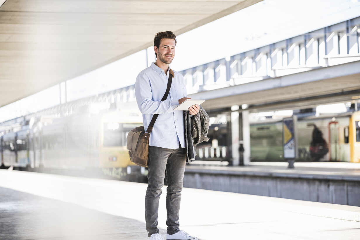 Casual young businessman using tablet at the train station - UUF20196 - Uwe Umstätter/Westend61