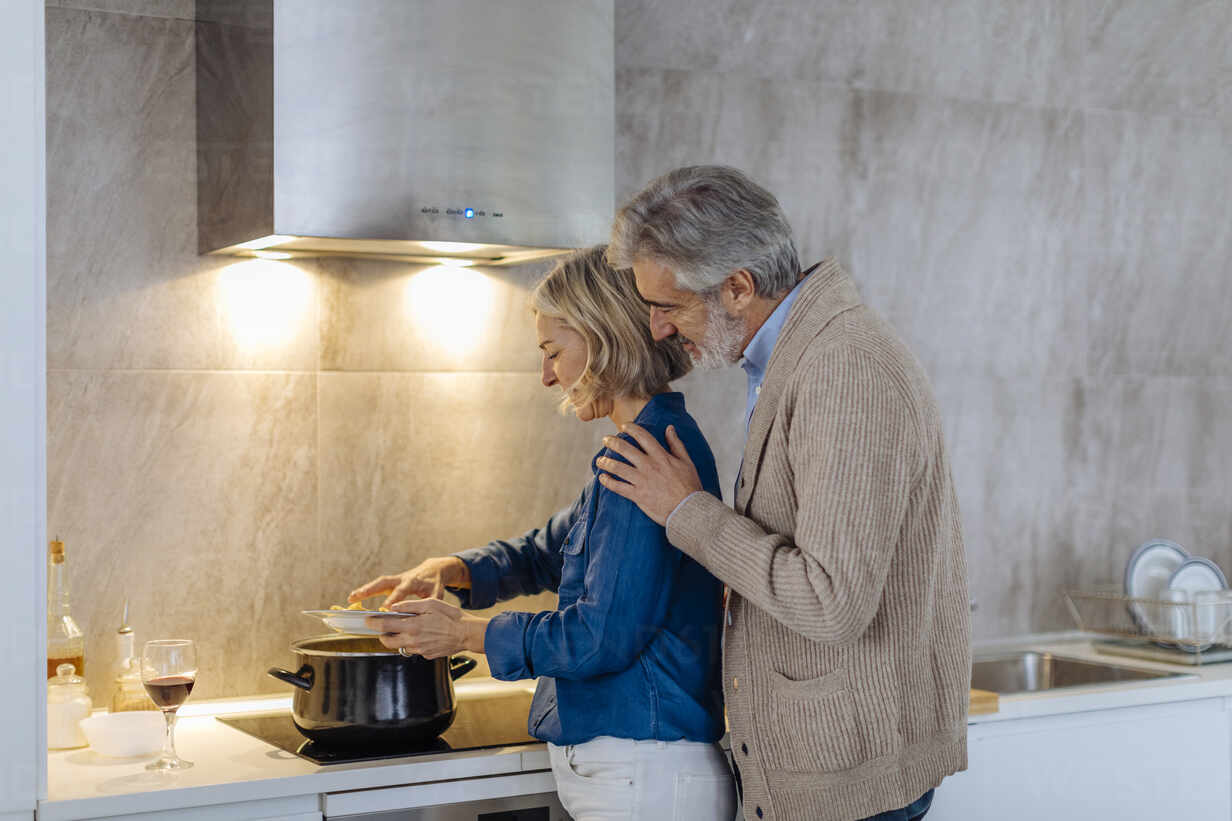 Mature couple preparing dinner in kitchen at home - SODF00605 - Sofie Delauw/Westend61