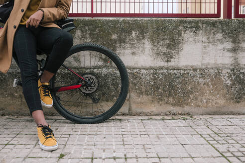 Low section of stylish young man with bicycle in the city - GRCF00082