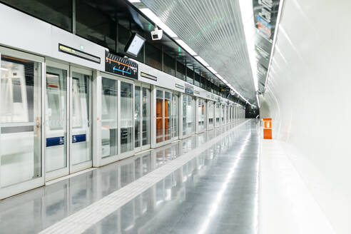 Modern subway stop with security doors - JRFF04012