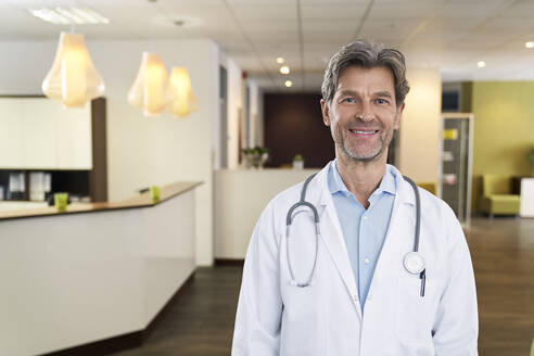 Portrait of confident doctor in his medical practice - PHDF00027
