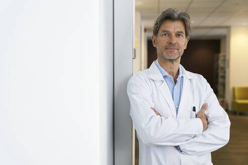 Portrait of confident doctor in his medical practice - PHDF00030