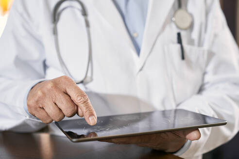Close-up of doctor using tablet - PHDF00048