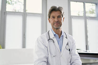 Portrait of confident doctor in his medical practice - PHDF00057