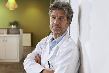 Portrait of confident doctor in his medical practice - PHDF00066