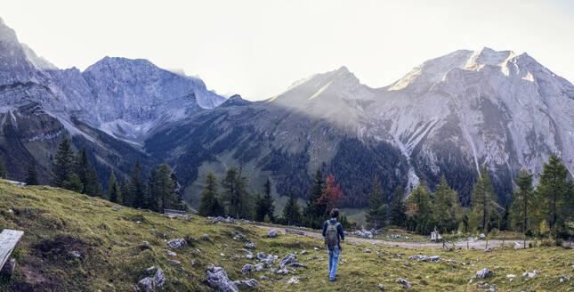 Man hiking the Karwendel mountains in autumn, Hinteriss, Austria - MAMF01099