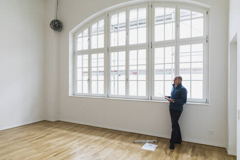 Man checking specifications of refurbished kuxury loft - GWF06440