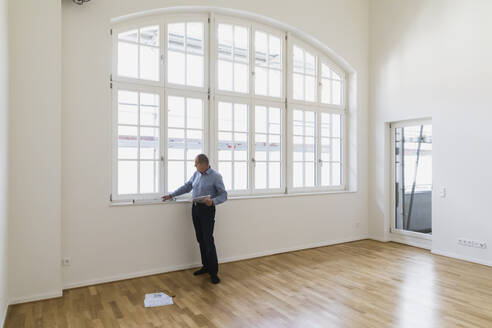 Man checking specifications of refurbished kuxury loft - GWF06443