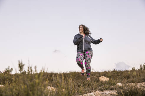 Plus-Size-Model jogging in the countryside - SDAHF00208