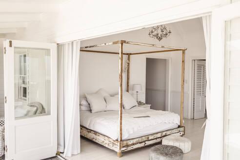 Shabby chic bedroom, canopy bed - SDAHF00280
