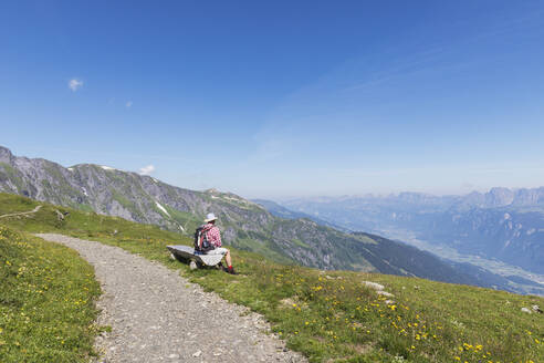 Switzerland, St Gallen Canton, Glarus Alps, Man taking a break on the Panoramic hiking trail in the Tectonic Arena Sardona - GWF06475