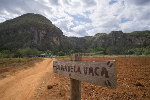 Sign at dirt road, Valle de Vinales, Pinar del Rio, Cuba - PAF01925
