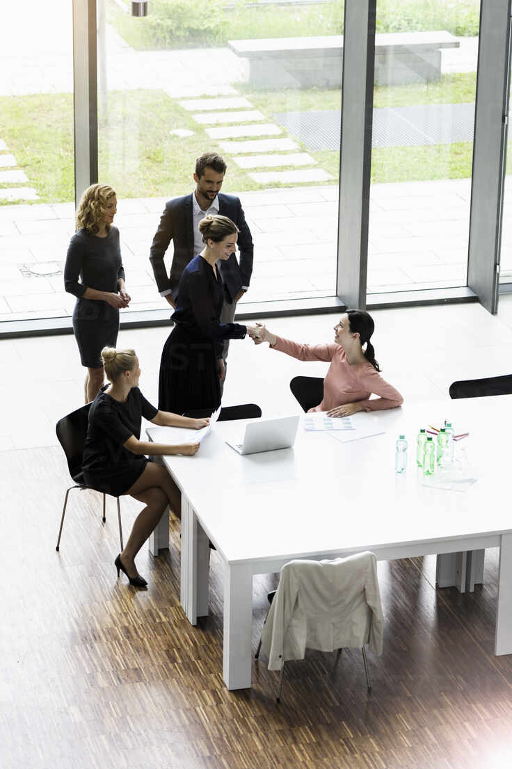 Business people shaking hands in modern office conference room - BMOF00284 - Buero Monaco/Westend61