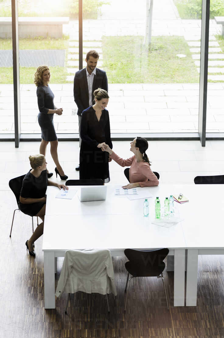 Business people shaking hands in modern office conference room - BMOF00287 - Buero Monaco/Westend61