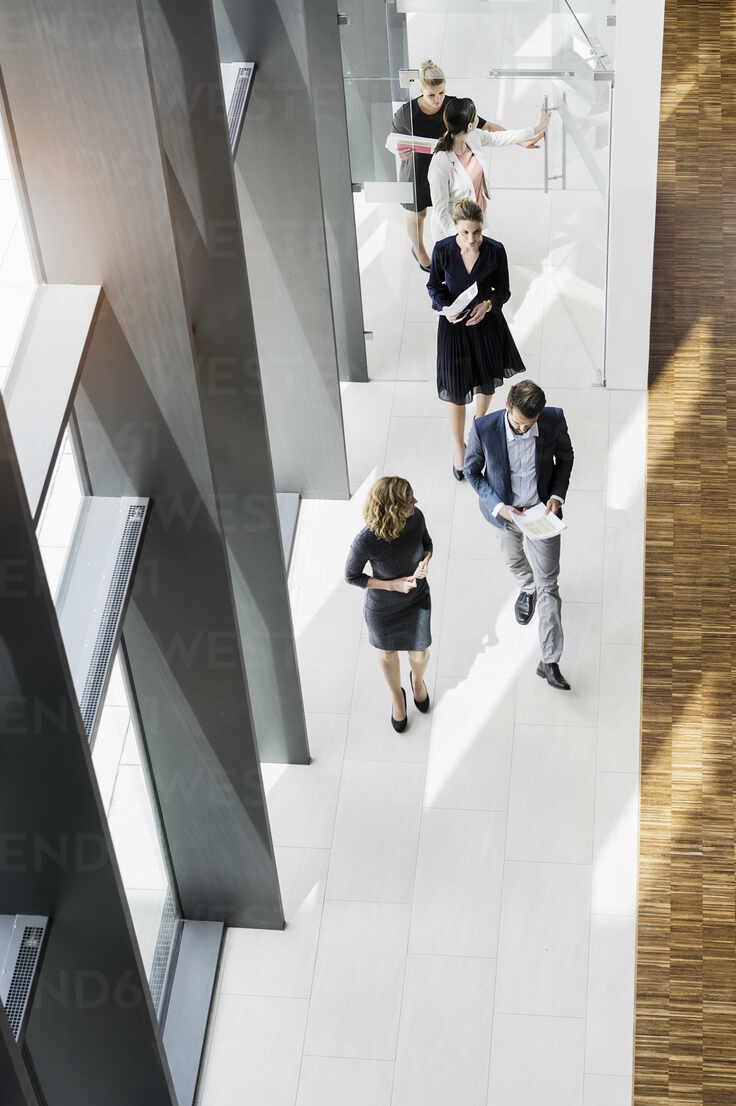 Business people walking in modern office building - BMOF00296 - Buero Monaco/Westend61