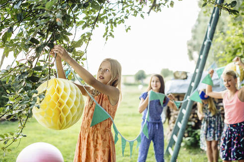 Girls decorating the garden for a birthday party - SODF00654