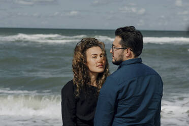 Couple standing in front of the sea - OGF00173
