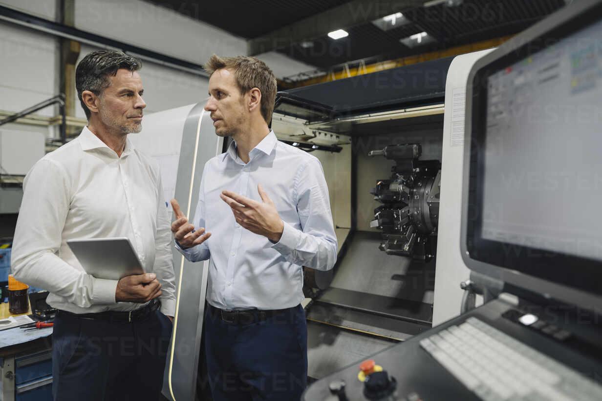 Two men with tablet talking in a factory - KNSF07847 - Kniel Synnatzschke/Westend61