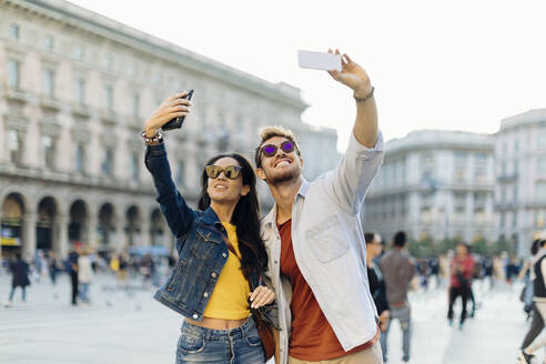 Happy young couple taking selfies in the city, Milan, Italy - SODF00699