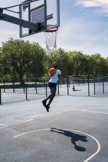 Man playing basketball, dunking - JPIF00499