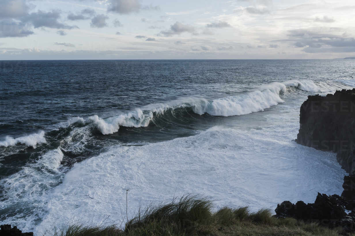 Breaking waves at the coast, Sao Miguel Island, Azores, Portugal - AFVF05805 - VITTA GALLERY/Westend61