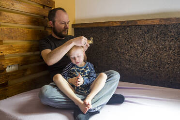 Father tying his little daughter's hair - IHF00311