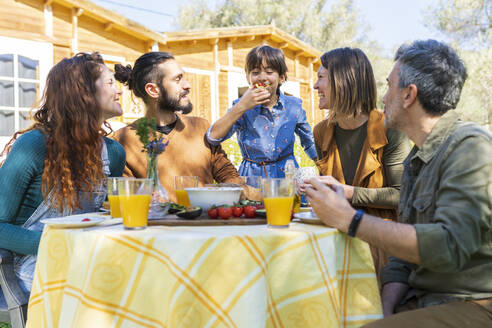 Fanilyand friends enjoying a healthy vegan breakfast in the countryside - VSMF00104