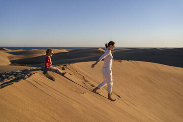 Mother and daughter in sand dunes, Gran Canaria, Spain - DIGF09627