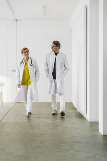 Two doctors waking along hallway - MFF05468