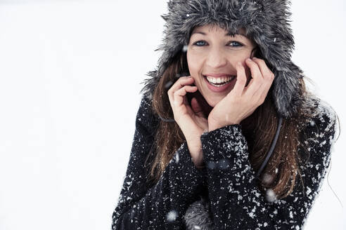 Portrait of laughing young woman in winter - WFF00304