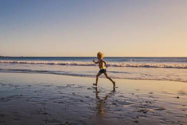 Little boyrunning on the beach - IHF00322