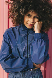 Portrait of stylish young woman wearing tracksuit outdoors - AGGF00047