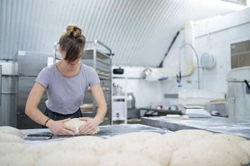 Woman preparing bread in bakery - FBAF01490