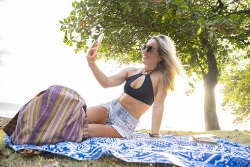 Beautiful woman taking a selfie at the beach, Costa Rica - AMUF00071