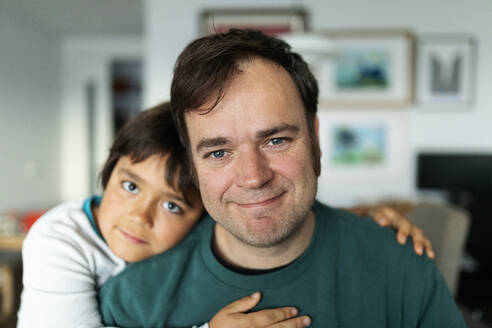 Portrait of father at home with his son - VABF02779