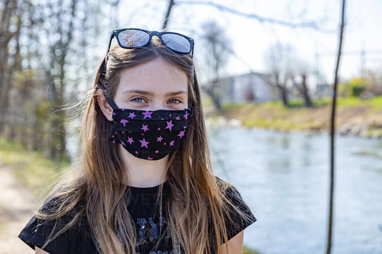 Girl with homemade protective mask at riverside - SARF04535 - Sandra Roesch/Westend61