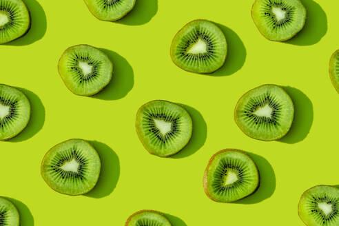 Kiwi fruit pattern on green background - GEMF03574