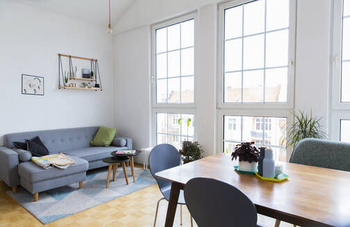 Bright living room with large windows - FKF03717