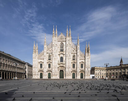 Italy, Milan, Flock of birds at Piazza del Duomo during COVID-19 outbreak - MEUF00572