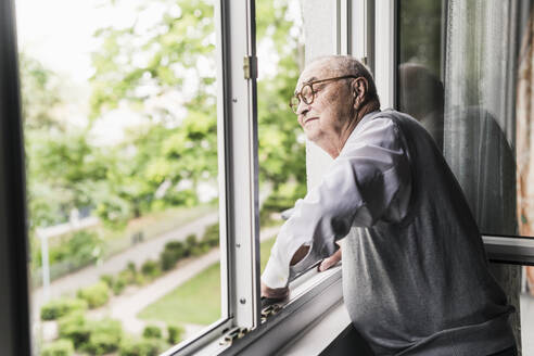 Senior man looking out of window - UUF20217