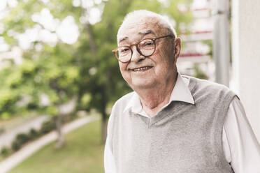 Portrait of smiling senior man wearing glasses - UUF20232
