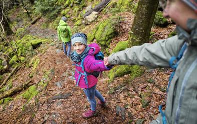 Mädchen (8) führt Mutter über einen Trampelpfad in einem Bannwald im Nordschwarzwald im März. St.Märgen, BW,D. - DIKF00481
