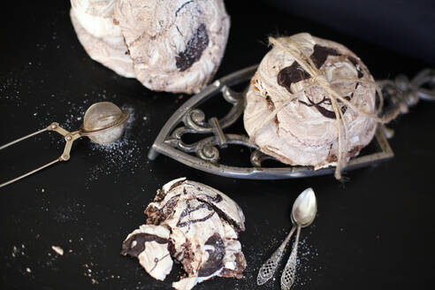 Meringues with chocolate and vintage kitchen utensils - VBF00049