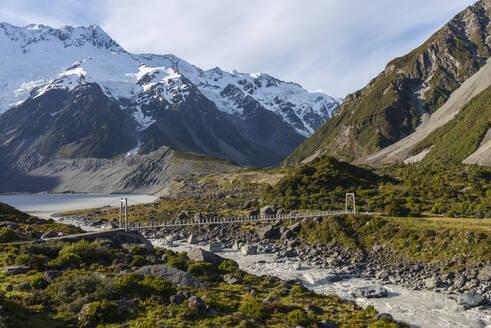 New Zealand, Canterbury, Suspension bridge over Hooker River inAoraki Mount Cook National Park - RUEF02892