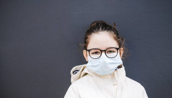 Girl with surgical mask in front of dark blue background - DGOF01002